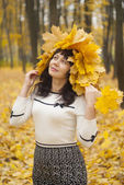 Girl in autumn park with maple leaves. — Foto Stock