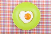 Revuelto en forma de corazón en un plato. — Foto de Stock