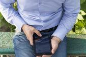 Homem com tablet em suas mãos. — Fotografia Stock