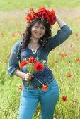 Woman in a field with poppy flowers. — Stock fotografie