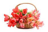 Panier avec des fleurs artificielles colorées — Photo