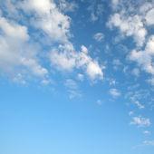 Luz nuvens no céu azul — Foto Stock