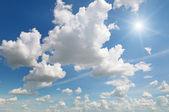 Zon op blauwe hemel — Stockfoto