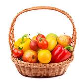 Owoce i warzywa w wiklinowym koszu — Zdjęcie stockowe