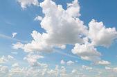 Nuvens fofinhas no céu azul — Fotografia Stock