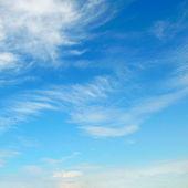 Mavi gökyüzünde kabarık bulutlar — Stok fotoğraf