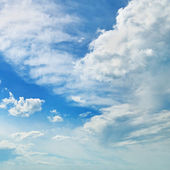 The white cumulus clouds against the blue sky — Stock Photo