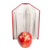 書籍と白い背景で隔離赤いリンゴ — ストック写真