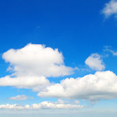 Fluffy clouds in the blue sky — Stock Photo