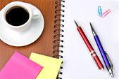 γραφείο προμηθειών και φλιτζάνι καφέ που απομονώνονται σε λευκό φόντο — Φωτογραφία Αρχείου