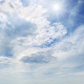 Slunce na modré obloze bílé mraky — Stock fotografie