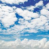 Molnen på den blå himlen — Stockfoto
