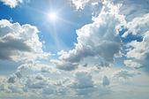 蓝蓝的天空上的太阳 — 图库照片