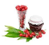 Cherry en potten van jam — Stockfoto