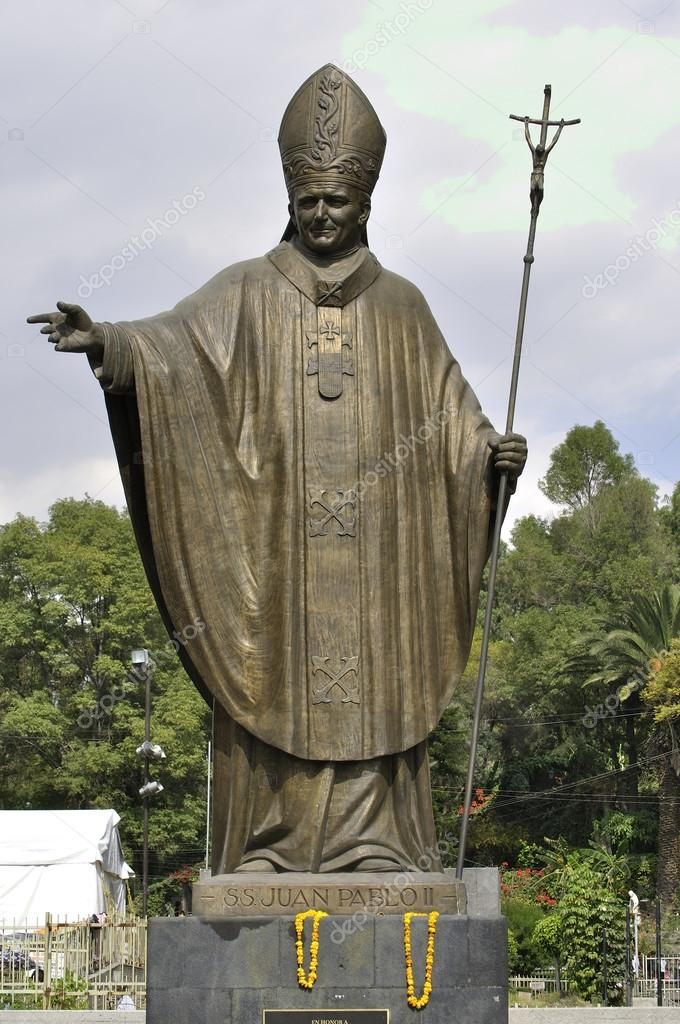 Beautiful big statue of Pope John Paul II at the Basilica of Guadalupe in Mexico City on December 12, 2012 — Stock Photo #18051545