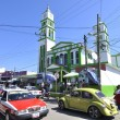 Foto Stock: Busy Mexicstreet and church