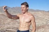 Taking a selfie in the desert — Stockfoto