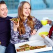 mangiando pizza — Foto Stock