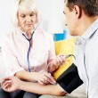 Measuring blood pressure at home — Stock Photo