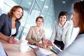 Vrouwtjes tijdens vergadering — Stockfoto
