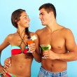 Couple with cocktails — Stock Photo