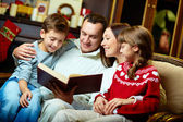 Family reading — Stockfoto
