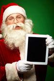 Santa med pekplatta — Stockfoto