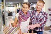 Couple shopping — ストック写真
