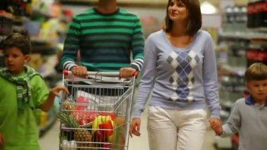 Familjen shopping — Stockvideo