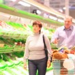 Family of four in supermarket — Stockvideo