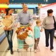 Family in supermarket — Stockvideo