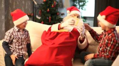Giving Christmas presents — Stock Video