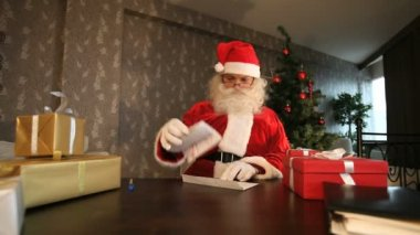 Santa reading letter — Stock Video