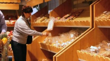 Buying bakery products — Stock Video
