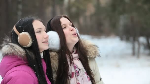 Respiración hacia fuera en el frío — Vídeo de stock