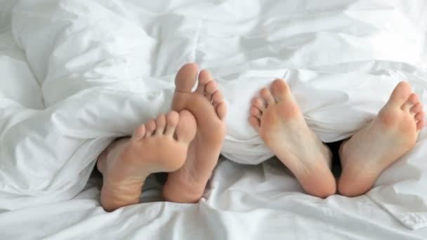 Flirter et baiser dans le lit — Vidéo