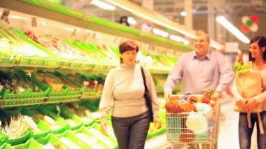 Family doing shopping — Stock Video