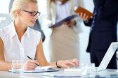 Affärskvinna på jobbet — Stockfoto