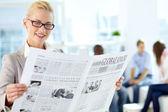 Kobieta z gazety — Zdjęcie stockowe