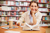 Young girl in library — Stockfoto