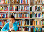 読書する少女 — ストック写真