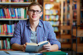 Guy in library — Stockfoto