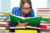 Ijverige leerling wordt geabsorbeerd bij het bestuderen van — Stockfoto