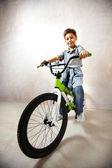 骑着自行车的小伙子 — 图库照片
