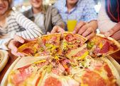 Prendendo la pizza — Foto Stock