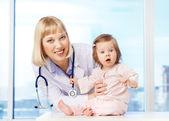 Kinderarts met baby — Stockfoto