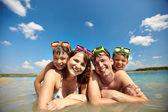 Sunbathers ve vodě — Stock fotografie