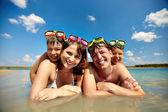 Sunbathers στο νερό — Φωτογραφία Αρχείου