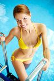 девочка в бассейне — Стоковое фото