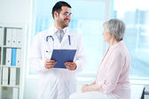 Interacting with patient — Stock Photo
